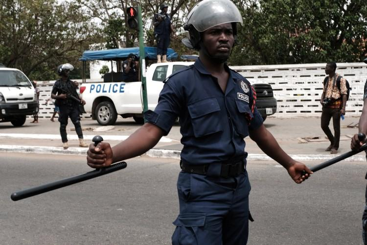 A mentally ill man has stormed the bank with a gun in an attempt to shoot, clashes with the Ghana police servicemen.