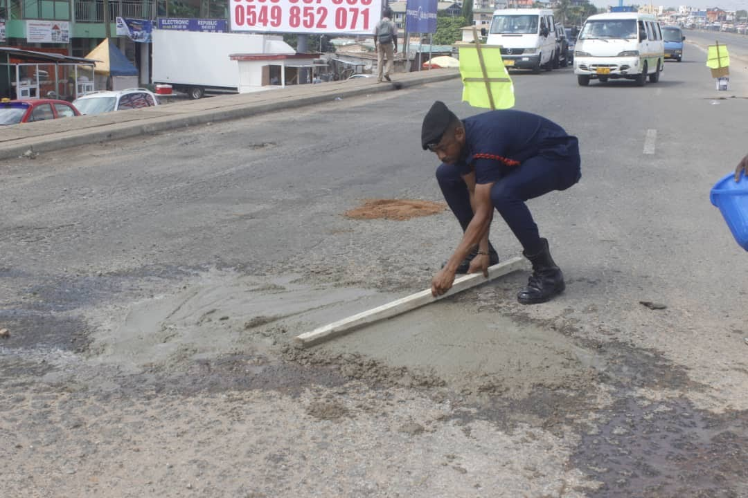 Police officer who repaired damaged traffic light fills deadly potholes in Accra to save lives