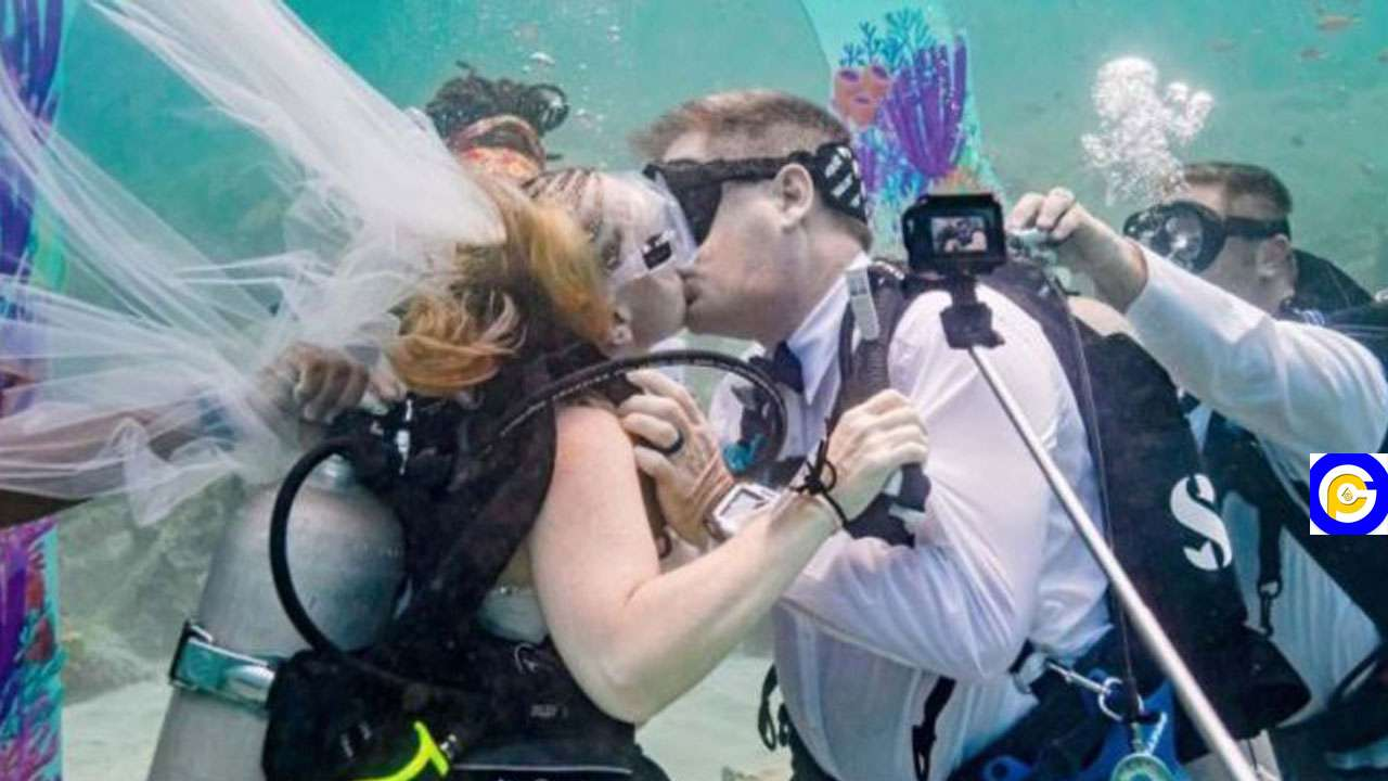 Couples-wed-32ft-down-the-sea-to-set-a-record-(Photos)
