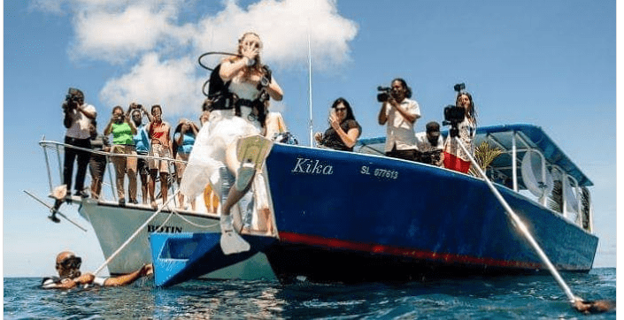 Photos: Couples wed 32ft down the sea to set a record
