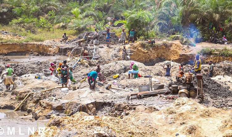 Unmoved illegal miners keep mining by the road as 'galamsey' minister's convoy passes by