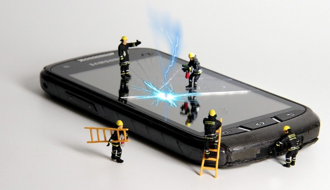 YOU BROKE YOUR IPHONE? IS IT ACTUALLY WORTH TO REPAIR IT?