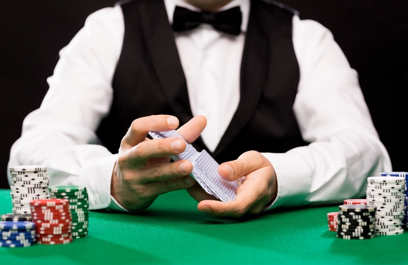 What is the role of a live dealer at an online casino?
